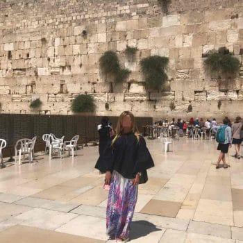Лечение наркомании в Израиле - пациентка в Иерусалиме у стены плача