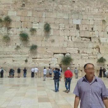 Лечение наркомании в Израиле - пациент в Иерусалиме у стены плача