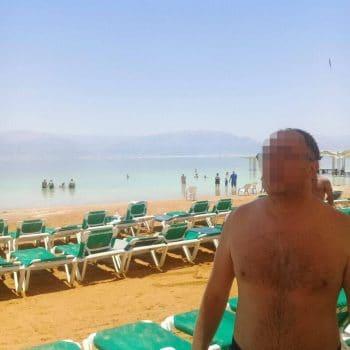 Лечение наркомании в Израиле - пациент МРЦ Ника-Израиль на берегу Мёртвого Моря